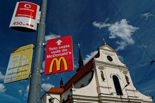 bažnyčia,mcdonalds,reklama,Reklama,Brno,Čekijos Respublika moravijoje,čekų,istoriškai,Senamiestis,istorinis senamiestis,pastatas