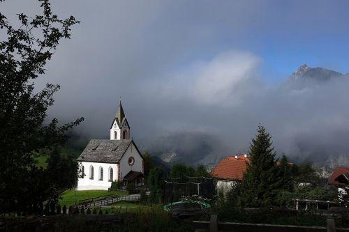 bažnyčia,namai,rūkas,pastatas,gamta,bokštas,dangus,stogas,garbinimo namai,raudona,melstis,angelas,fasadas,medis,architektūra,plotas