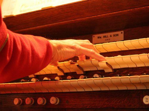 bažnytinis organas,organas,vamzdžių organas,klaviatūra,raktai,stūmoklis,nykščio stūmoklis,bažnyčia,instrumentas,muzika,vamzdis,muzikinis,istorinis,garsas,religinis,krikščionybė,daina,melodija,muzikantas,organistas,rankos,žaisti