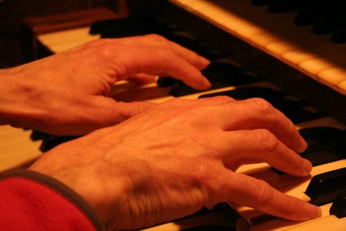 bažnytinis organas,organas,vamzdžių organas,klaviatūra,raktai,bažnyčia,instrumentas,muzika,vamzdis,muzikinis,istorinis,garsas,religinis,krikščionybė,daina,melodija,muzikantas,organistas,rankos,žaisti