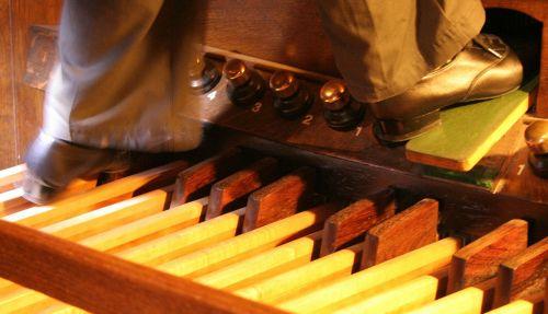 bažnytinis organas,pedalai,organas,pedalo plokštė,vamzdžių organas,pedalboard,stūmoklinis stūmoklis,bažnyčia,instrumentas,muzika,vamzdis,muzikinis,garsas,religinis,krikščionybė,melodija,muzikantas,organistas,pėdos,žaisti,avalynė,išpūsti pedalą