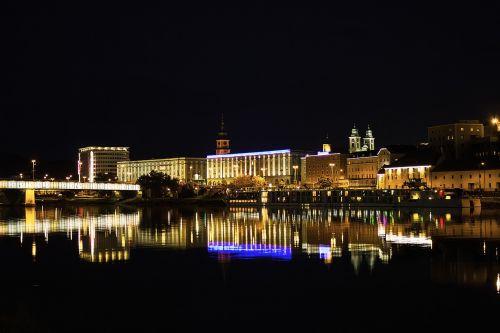 miestas,naktis,upė,žibintai,naktį,miesto šviesos,architektūra,panorama,namai,naktinė nuotrauka,naktinė fotografija,Senamiestis,naktinis vaizdas,apšvietimas,šviesa,tiltas