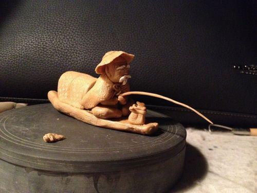molio skulptūra,žvejys,molio figūrėlė