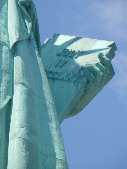 uždaryti moters laisvės vaizdą,paneigti laisvę,knygos užrašas,blauzdika rodyklė,patriotizmas,istorija,laisvė,orientyras,laisvė