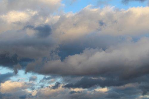 debesys,dangus,mėlynas,tamsūs debesys,debesys formos,dengtas dangus,priekinė detalė,vakarinis dangus,kraštovaizdis,gamta,oras,nuotaika,dangus,pragaras,refrakcija,atmosfera,atmosfera,tamsi,lichtspiel,tamsa,abendstimmung,kontrastas