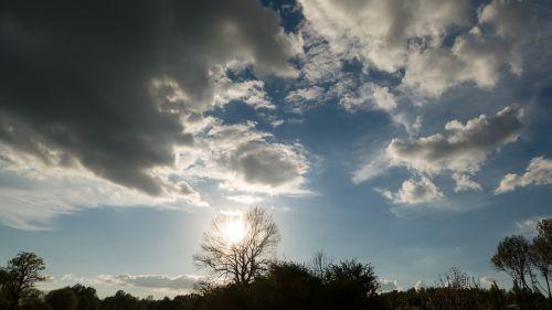 debesys,balta,dangus,mėlynas,saulė,diena,kraštovaizdis,medis,glomerulus,oras,vaizdas,gamtos grožis,saulėta diena