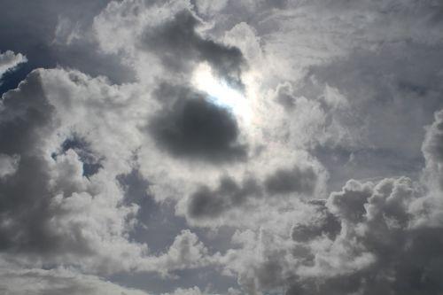 debesys,tamsi,niūrus,saulė