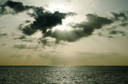 cloudscape,šviesos spindulys,vandenynas,jūra,vanduo,debesys,šviesa,saulės šviesa,šviesos spindulys,dramatiškas,oras,meteorologija,dangus,gamta,scena,saulės spindulys