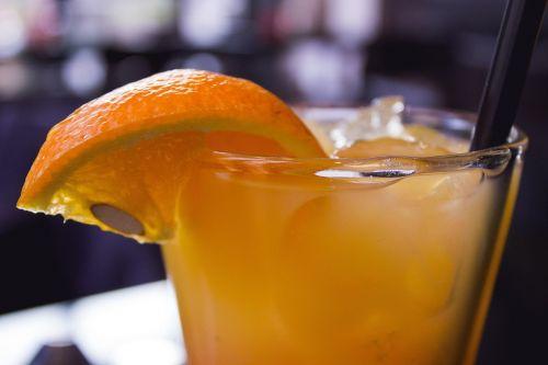 kokteilis,gerti,oranžinė,vasara,atsipalaidavimas,alkoholis,alkoholinis,stiklas,vakarėlis,baras,alkoholinis gėrimas,mėgautis,ledo kubeliai,šiaudai,gėrimo šiaudelis