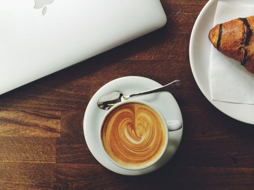 kava,espresso,kruopos,stalas,latte art,espresso menas,kavinė,kavinė,pertrauka,taurė,širdis,gėrimas,pusryčiai,latte,kavos pertraukėlė,kompiuteris,MacBook,kavos namai