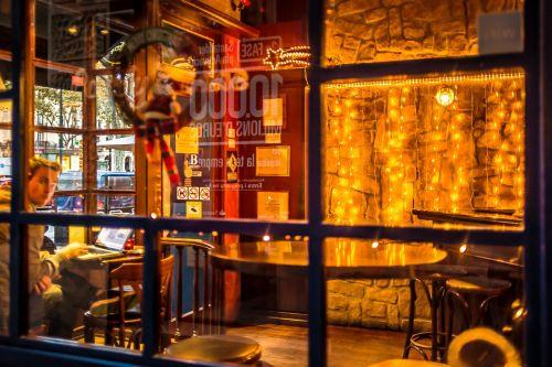 kava,kavinė,kavinė,lango langai,nešiojamas kompiuteris,patalpose,klientas,baro kėdė,stalas,jaukus,interjeras,patogus,dekoruoti,kavinė,klubas,atsipalaiduoti,restoranas,baras