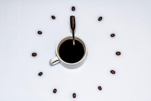 kavos puodelis,puodelis kavos,kavos pupelės,kavos šaukštas,laikas,laikrodis,pertrauka,kofeinas,šaukštas,kava,stimuliatorius,aromatas,kavos gėrimas,maistas,mėgautis,naudos iš,rytas,dienos pradžia,Labas rytas