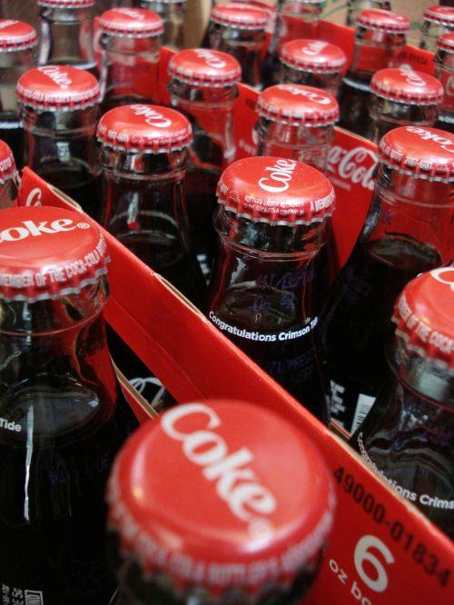 koksas,kola,butelis,gaivus gėrimas,gėrimas,gazuotas,gerti,saltas gerimas,dėžė,skystas,ruda,gaivus