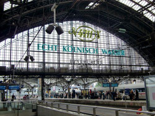 Kelnas,traukinių stotis,Kelno pagrindinė stotis,Centrinė stotis,plieno konstrukcija,stogo stogas,traukinys,architektūra,atrodė,stogo konstrukcija,geležinkelis,plienas,platforma,stiklas,geležinkelio bėgiai