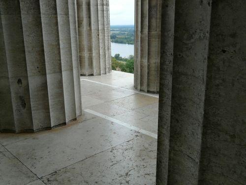 stulpelis,arcade,labirintas,Walhalla,paminklas,kritulių salė,donaustauf,ludwig i,pastatas,didelis,galingas,įspūdingas,architektūra,vaizdas,Danube,kalnas,kalnas,perspektyva,milžiniškas