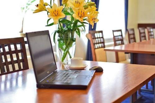 konferencijų salė,nešiojamojo kompiuterio,salės susitikimai,nešiojamas kompiuteris,susitikimas,šviežios gėlės,stalo pristatymas,geltonos gėlės,nešiojamojo kompiuterio ir kavos pertraukėlė susitikime,gyvenimo būdas,verslo paslaugos,konferencijų paslaugos,paskaita