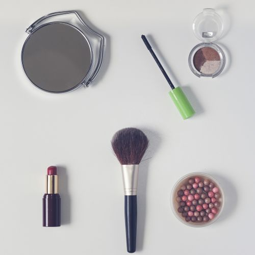 kosmetika,milteliai,lūpų dažai,kosmetinis šepetys,galinio vaizdo veidrodis,akių šešėlis,milteliai rutuliuose,makiažas,aksesuarai,grožis,nuleisti butą