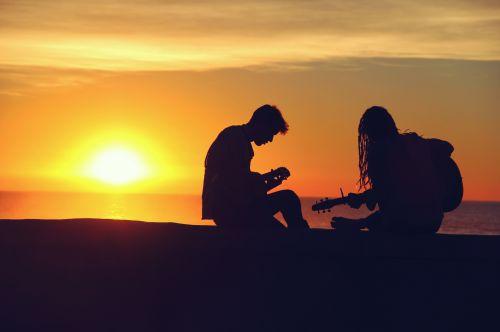meilė, gitara, gitaristas, saulė, Draugystė, muzika, ukulele, vandenynas, papludimys, jūra, pajūryje, jaunas, vyras, moteris, mergaitė, berniukas, romantiškas, romantiškas saulėlydis