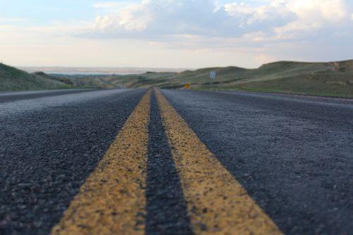 kaimo keliukas, kelias, Šalis, kraštovaizdis, kaimas, gamta, kelionė, dangus, žalias, vasara, žolė, kaimas, vaizdingas, mėlynas, greitkelis, vaizdas, scena, vairuoti, peizažas, sezonas, saulėtas, lauke, horizontas, kelias, saulė, ežeras, debesys, kalvos, geltonos linijos, asfaltuotas kelias, asfaltuotas, atstumas, Iš arti
