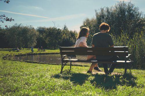pora,žmonės,mergaitė,vaikinas,sėdi,stendas,pažintys,žalias,žolė,gamta,ežeras,vanduo,medžiai,saulėtas