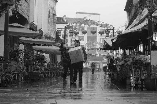 pora,kinai,Kinija,siuntas,laimingas,šypsena,dėžė,nešiotis