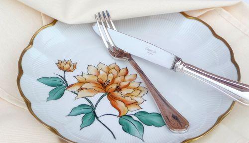 padengtas,šakutė,peilis,staltiesė,sidabro dirbiniai