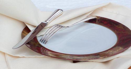 padengtas,peilis,šakutė,staltiesė,plokštė,sidabro dirbiniai