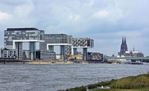 kranų namai,architektūra,Kelno katedra,Kelnas,šiuolaikiška,pastatas,stiklo langas,moderni architektūra,namai,Reino upė,rinas,Rheinauhafen,panorama,Vokietija,vandenys,upė,dangoraižiai,namai,biurų pastatai,gyvenamieji pastatai,biurų pastatas,pasaulinis paveldas,Dom,plieno santvarų konstrukcija,įspūdingas,įspūdingas pastato formos,reginas,muitinės uostas,tektoninė koncepcija,Senamiestis