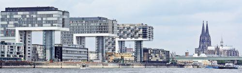 kranų namai,architektūra,Kelno katedra,Kelnas,šiuolaikiška,pastatas,stiklo langas,moderni architektūra,namai,Reino upė,rinas,Rheinauhafen,panorama,Vokietija,vandenys,upė,dangoraižiai,namai,biurų pastatai,gyvenamieji pastatai,biurų pastatas,pasaulinis paveldas,Dom,plieno santvarų konstrukcija,įspūdingas,įspūdingas pastato formos,reginas,muitinės uostas,tektoninė koncepcija,Senamiestis,fonas,fono paveikslėlis,stiklas