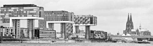 kranų namai,architektūra,Kelno katedra,Kelnas,šiuolaikiška,pastatas,stiklo langas,moderni architektūra,namai,Reino upė,rinas,Rheinauhafen,panorama,Vokietija,vandenys,upė,dangoraižiai,namai,biurų pastatai,gyvenamieji pastatai,biurų pastatas,pasaulinis paveldas,Dom,plieno santvarų konstrukcija,įspūdingas,įspūdingas pastato formos,reginas,muitinės uostas,tektoninė koncepcija,Senamiestis,fonas,fono paveikslėlis,stiklas,turizmas,aukštas,juoda ir balta,lankytinos vietos