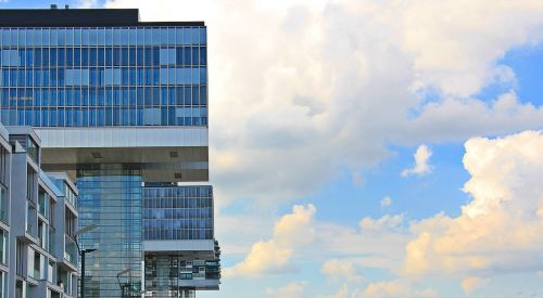 kranų namai,architektūra,Kelnas,šiuolaikiška,pastatas,stiklo langas,moderni architektūra,namai,Reino upė,rinas,Rheinauhafen,panorama,Vokietija,dangoraižiai,namai,biuro pastatai,gyvenamieji pastatai,biurų pastatas,plieno santvarų konstrukcija,įspūdingas,įspūdingas pastato formos,reginas,muitinės uostas,tektoninė koncepcija,stiklas,turizmas,aukštas,lankytinos vietos,įvedimas,iš šono