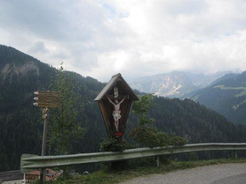 kirsti,skydas,kelias,kelio ženklas,tikėk,religija,simbolis,šventas,Jėzus,oras,debesys,Alpių,kalnai,Alpių kryžius,audra,apsauginis geležinkelis,pastaba