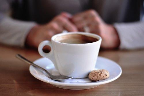 puodelio, puodelis kavos, kavos pakaitalai, kavos puodelis, žmogus, kavos pertraukėlė, gerti, šaukštelis, slapukas, sausainis, kavinė, kofeino, porceliano, Labas rytas, pasinaudoti, mėgautis
