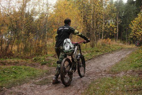dviračiu,sportas,ruduo,miškas,kelias,dviratis,raitelis,vaikinas,patobulinti,yahroma,Maskvos sritis,vaikščioti,aukso ruduo,kritimo spalvos,rudens lapai,rudens gamta,gamta,gyvoji gamta,rudens miškas,medis,lapai,medžiai,vėlyvas ruduo,rudens spalvos,takas,pasakų miškas,rudens lapas,šalmas,purvas,lietus,Ekstremalus sportas,važiuoti,velo,Sportas,vyras,pakilti,moskovskaya,vaikščioti,pasakos miškas
