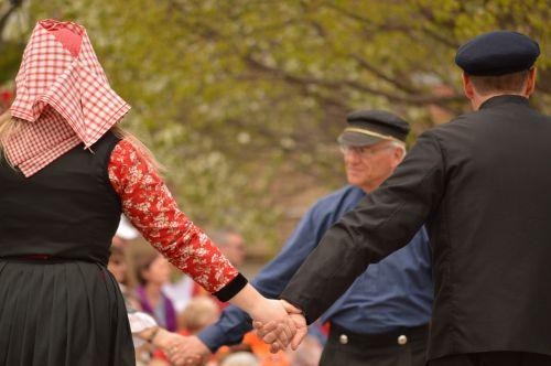 šokis,tradicinis,olandų,linksma,šokiai,Nyderlandai,holland,lauke,apranga,tradiciniai drabužiai,tradicija,susikibę rankomis,kultūra,suknelė,apranga,apskritimo šokis