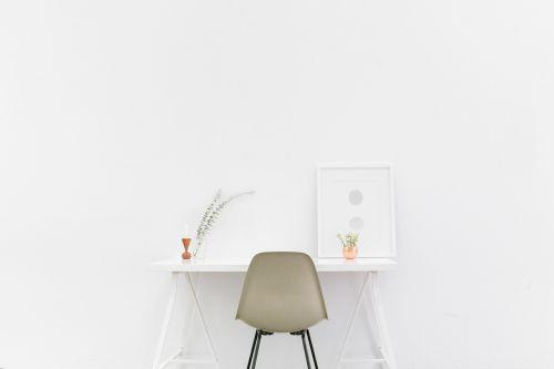 stalas,baltas fonas,baltas kambarys,kėdė,balta