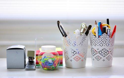 stalas, raštu indai, Darbo stalo reikmenys, rašiklis dėžutė, darbo vietoje, buveinė, Natiurmortas, Biuro reikmenys, Raštinės reikmenys, dėmesį blokas, Pastabos, Biuro reikmenys, raštu įrankis, medžiaga
