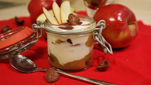 desertas,saldus patiekalas,saldus,grietinėlė,jogurtas,obuolys,valgyti,maistas,skanus,saldus maistas,vaisiai,naudos iš,raudona
