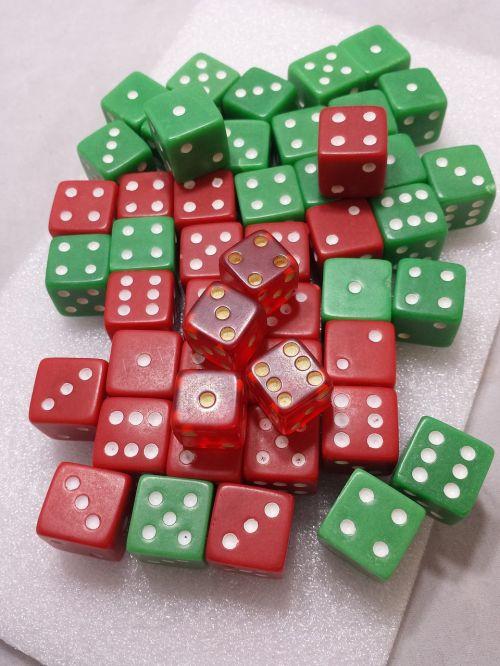 mirti,kauliukai,azartiniai lošimai,lošti,žaidimas,tikimybė,sėkmė,raudona,žalias