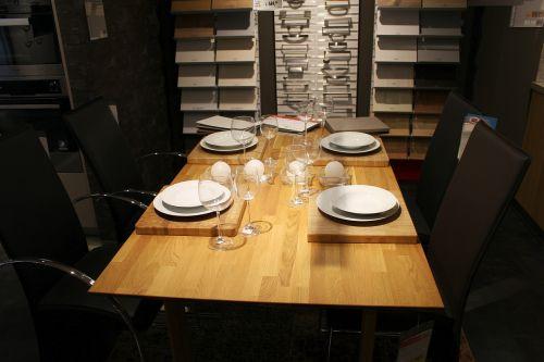 Pietų stalas, apdaila, indai, padengtas