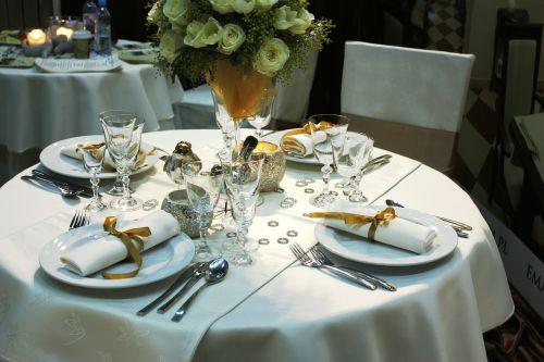Pietų stalas,Stalo įrankiai,indai,retro,kaimiškas,stiklas,porcelianas,stalo įrankiai,balta,plokštė,įvykis,Vestuvės,ceremonija,servetėlė,aukso juosta,vyno taurės,skaidrus,sidabriniai stalo įrankiai,peilis,keramika,dekoratyvinis,gražus,kompozicija,išdėstymas,rožė,gėlė,gėlių puokštė,staltiesė,šaukštas,plokštės,apdaila,valgyti,tradicija,gėlės
