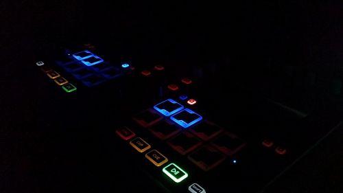 dj,valdytojas,tamsa,naktis,mygtukas,žibintai