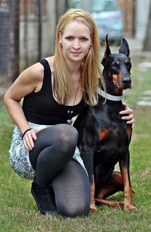 Dobermanas,blondinė moteris,Draugystė,meilė,šuo