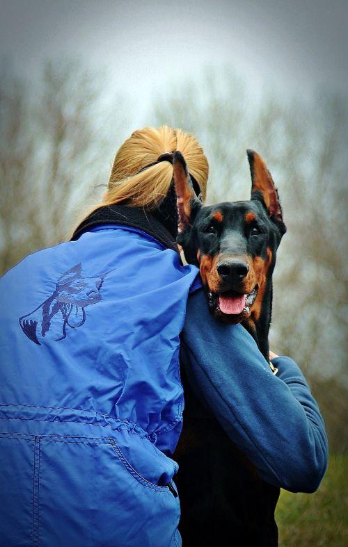 Dobermanas,šuo,apkabinti,meilė,moteris su šunimi,Draugystė