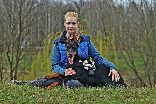 Dobermanas,šuo,vyras,Draugystė,meilė,lauke