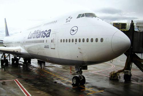 prijungtas jumbo jet,lufthansa 747-830niedersachsen,Boeing 747,orlaivis,kelionių aviakompanija,skristi,oro uostas,aviacija,oro transporto eismas,skrajutė,lėktuvas,eik šalin,keleiviniai orlaiviai,ant piršto,keleivių įlaipinimo tiltas,eismas,prijungtas,kabinos,reaktyvinis,Lh 747-830