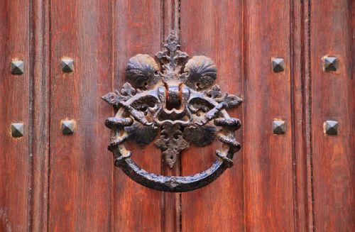 durys,priekinės durys,namo įėjimas,įvestis,mediena,metalo apdaila,grūdai,medienos grūdai,durų rankena,žiedas,rankena,metalas,metalinis žiedas,metalinė rankena,kniedis,nagai,durų užraktas,durų belstukas,uždaryti durų rankenėlę,durų rankena,bronza,montavimas,durų įranga,deko,pilis,dekoratyvinis,Uždaryti,architektūra,saugumas,senas,ketaus