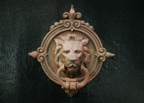 durų rankena,durys,durų užraktas,durų belstukas,Žalvaris,metalas,uždaryti durų rankenėlę,durų rankena,Uždaryti,rankena,žiedas,metalinis žiedas,metalinė rankena,priekinės durys,įvestis,senas,namo įėjimas,liūto galvą,galva,bronza,montavimas,durų įranga,figūra,metalo skulptūra,deko,dekoratyvinis