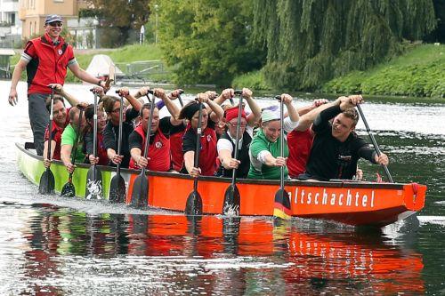 drakono laivas,boot,vandens sportas,varzybos,Sportas,mokesčių mokėtojas,drakonas valtis,pratimas,mokymas,ulm,Danube,komanda,komandinis sportas,komandinis darbas,laivas,skubėti,lenktynės,vandenys,vanduo,upė,dabartinis,konkursai,Moteris,jėga,jėga,žmonės,vyrai,žmogus,greitis,pep,irklas,sportinė moteris,sportininkas