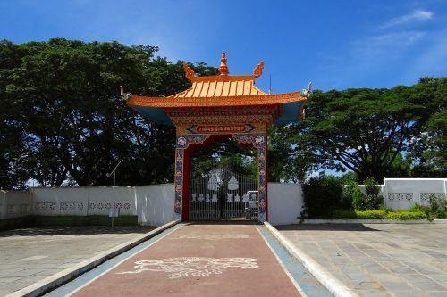 drepung gomang vienuolyno vartai,mundgod,Indija,buda,Karnataka,Tibeto gyvenvietė,mini tibetas,vienuolynas,religinis,budizmas,šventykla,auksas
